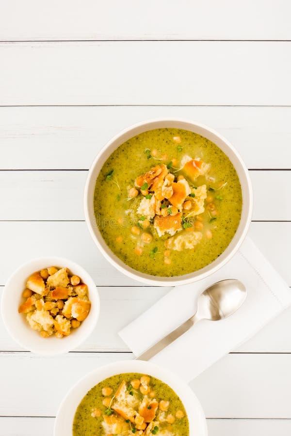 Eigengemaakte Broccoli en Kikkererwtensoep op Wit Hout stock afbeelding
