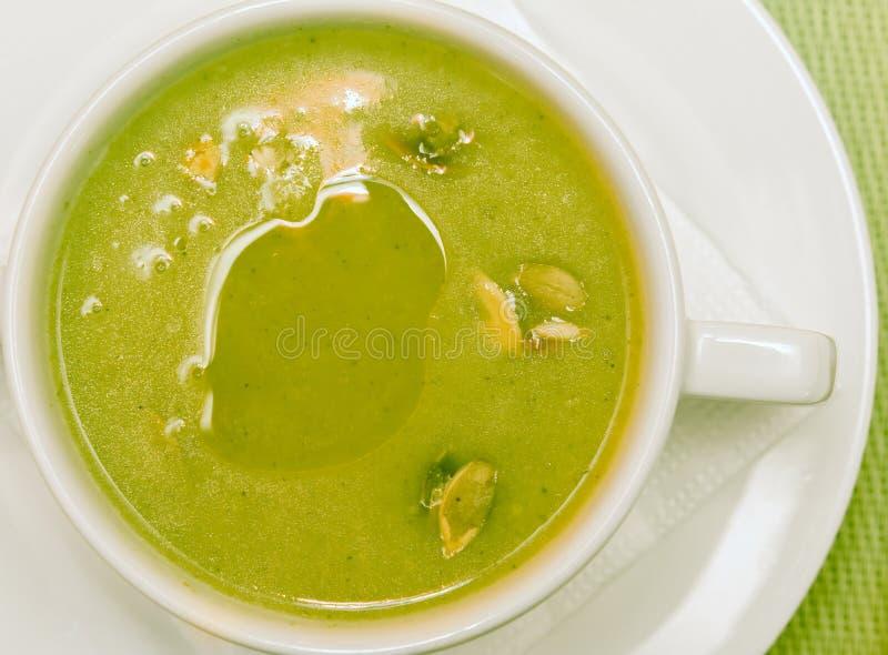 Eigengemaakte broccolisoep met pompoenzaden stock fotografie