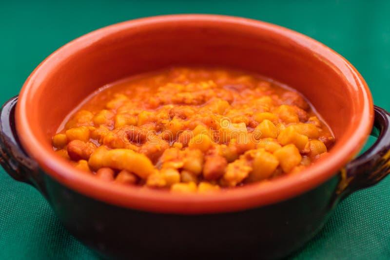 Eigengemaakte broodgnocchi met pomodoro en rode bonensaus Tradit stock afbeeldingen