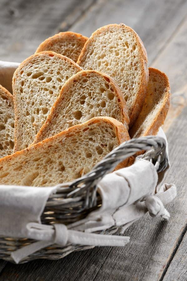 Eigengemaakte broodplakken in een breadbasket royalty-vrije stock afbeeldingen