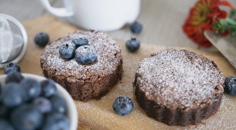 Eigengemaakte brownies met chocolade en bosbessen stock foto