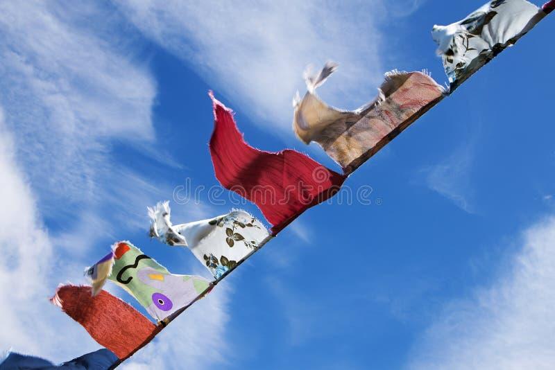 Eigengemaakte bunting driehoekige vlaggen die in de wind fladderen agains stock afbeeldingen