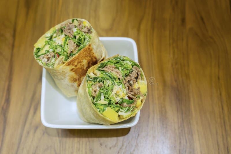 Eigengemaakte burrito op houten lijst royalty-vrije stock foto's