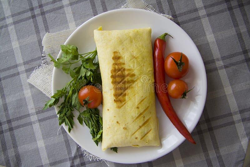 Eigengemaakte burrito op lijst stock foto