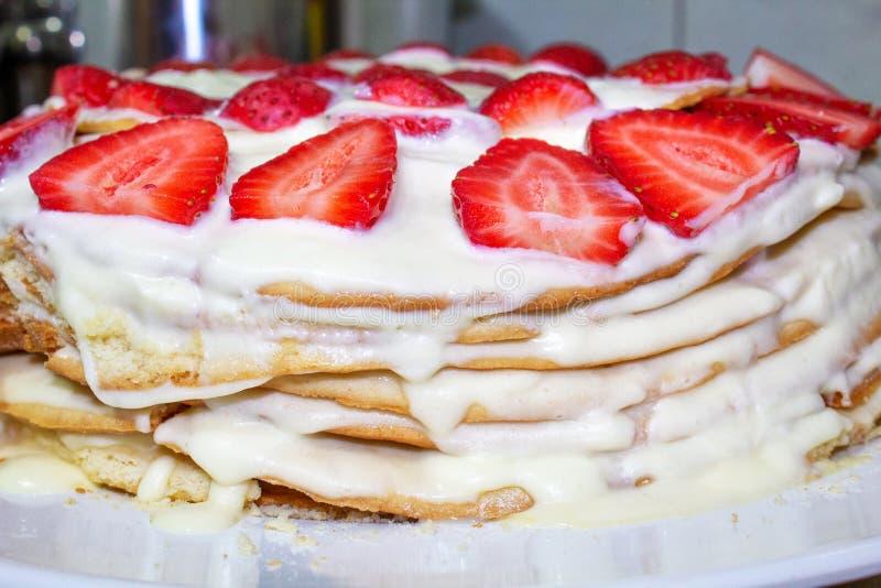 Eigengemaakte cake met room en aardbei, close-up stock afbeelding