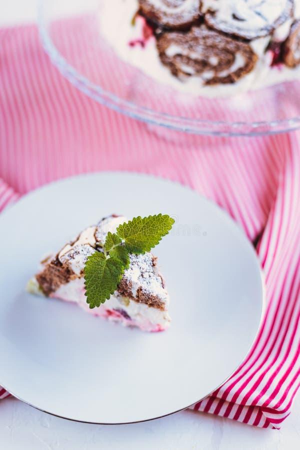 Eigengemaakte Cake met soufflé en bessen royalty-vrije stock fotografie