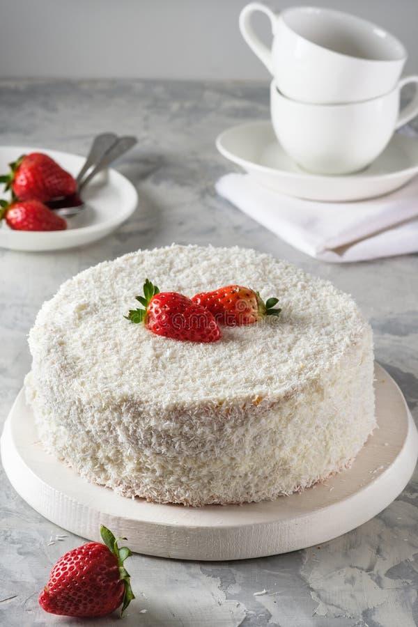 Eigengemaakte cake met suikerglazuur, chocolade, roomkaas, eigengemaakte cakes, huisbakkerij royalty-vrije stock foto