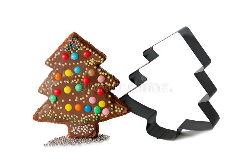 Eigengemaakte cake in vorm van Kerstmisboom en vorm voor baksel stock fotografie