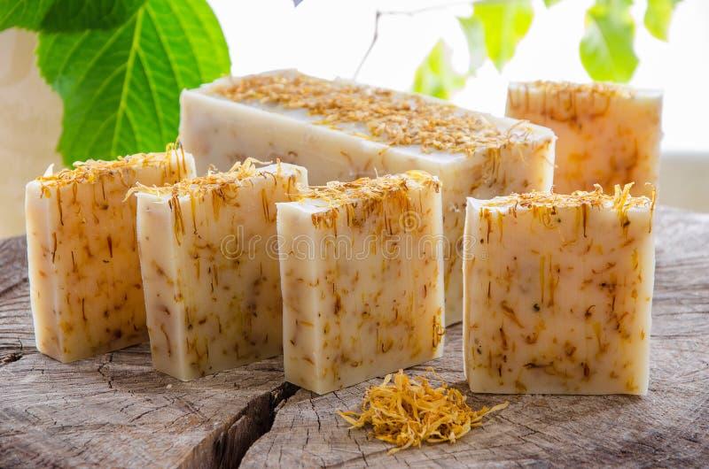 Eigengemaakte calendula natuurlijke kruidenzeep royalty-vrije stock afbeelding
