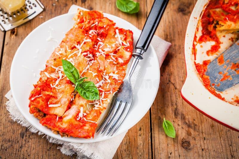 Eigengemaakte cannellonien met spinazie en tomatensaus stock fotografie