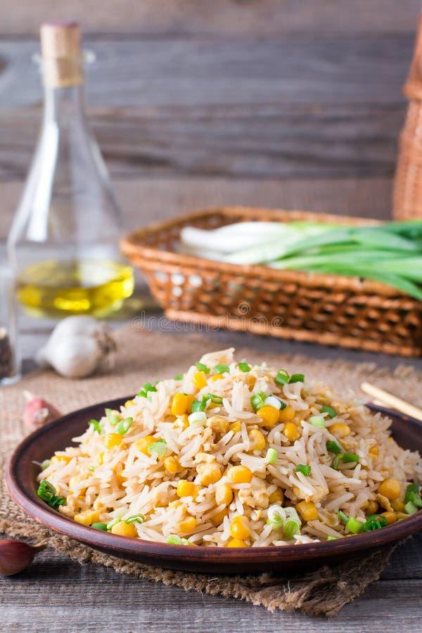 Eigengemaakte Chinese gebraden rijst met groenten en gebraden eieren op een plaat Selectieve Nadruk stock fotografie