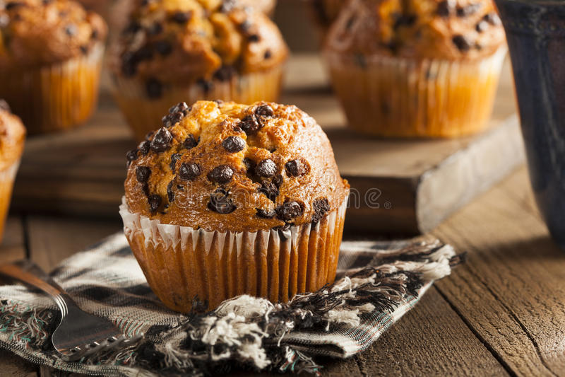 Eigengemaakte Chocolade Chip Muffins stock foto's