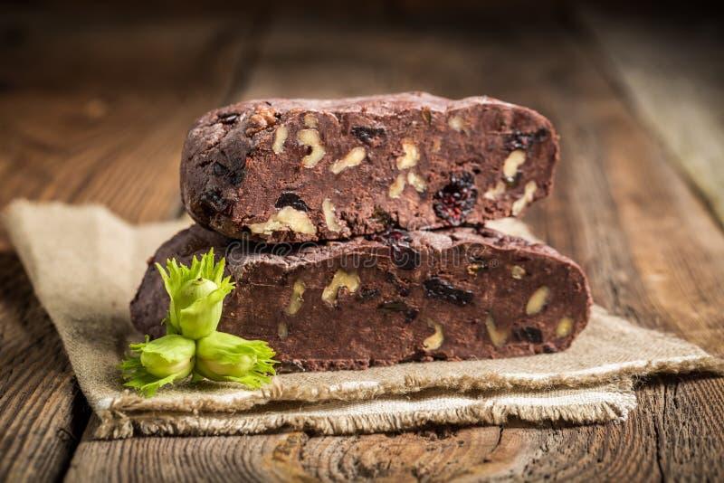 Eigengemaakte chocolade met verse hazelnoten stock afbeeldingen