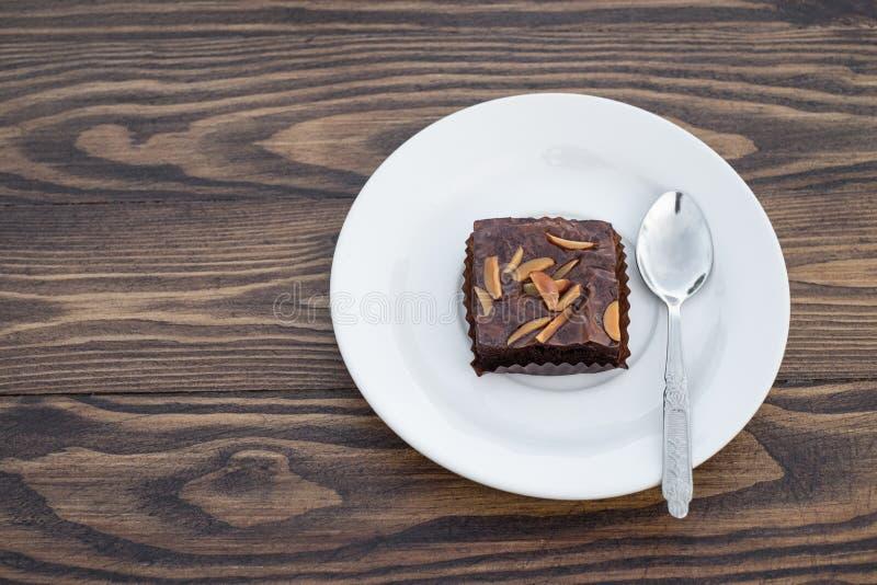 Eigengemaakte chocoladebrownie met amandel op houten lijst royalty-vrije stock afbeeldingen