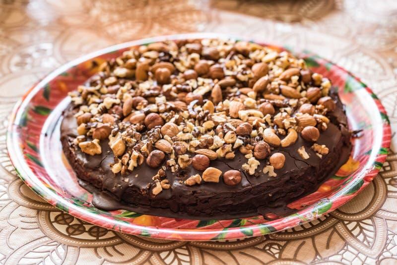 Eigengemaakte chocoladecake met okkernoten royalty-vrije stock afbeeldingen