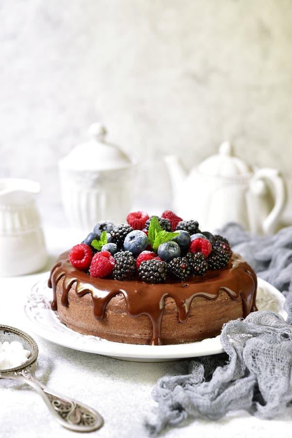 Eigengemaakte chocoladecake met verse bessen stock fotografie