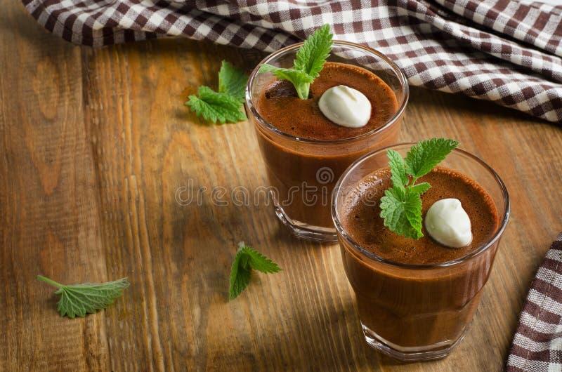 Eigengemaakte Chocolademousse in glazen op een houten lijst stock foto
