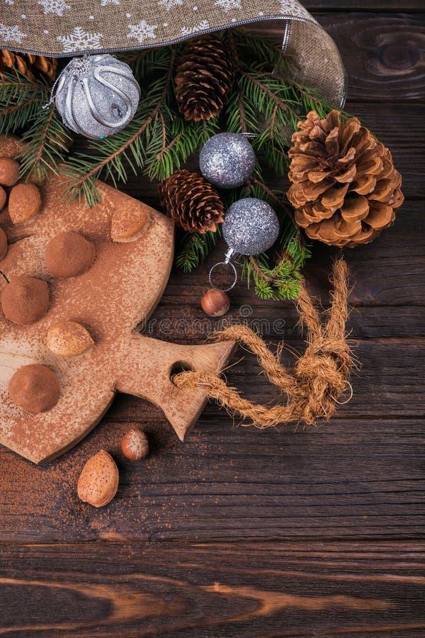 Eigengemaakte chocoladetruffels, noten, amandelen en cacaopoeder stock foto