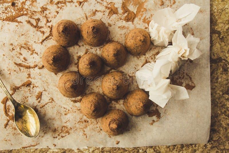 Eigengemaakte chocoladetruffels op het koken document hoogste mening royalty-vrije stock foto