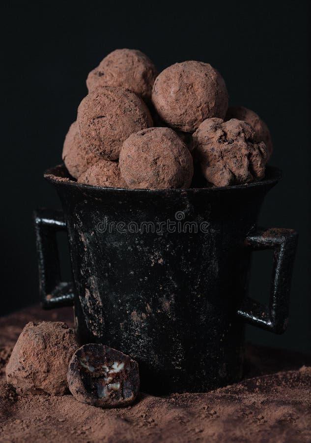 Eigengemaakte chocoladetruffels in ouderwetse schotel stock foto