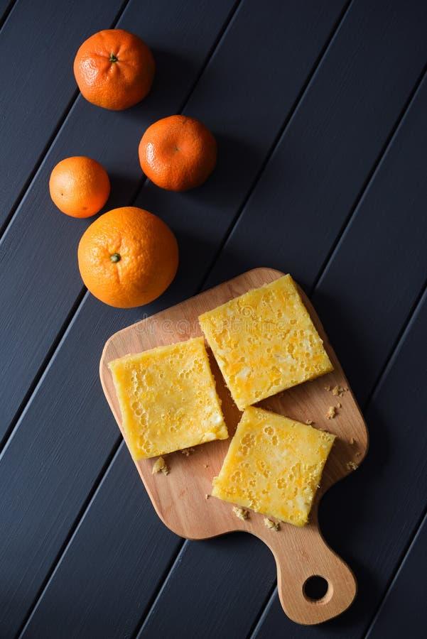 Eigengemaakte citroenpastei met verse citrusvruchten op donkere hoogste mening als achtergrond royalty-vrije stock foto's