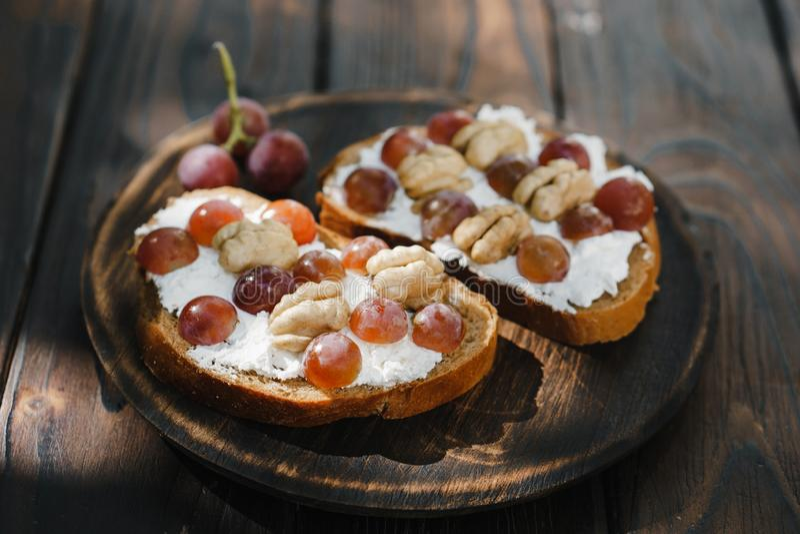 Eigengemaakte crostini met druiven, okkernoten en ricotta royalty-vrije stock foto's