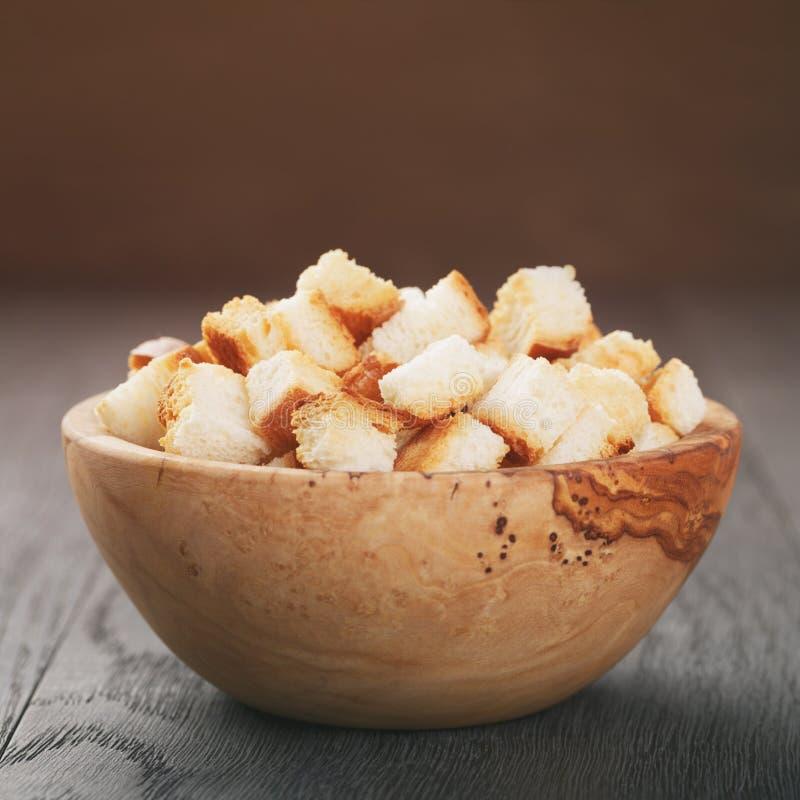 Eigengemaakte croutons van wit brood in houten kom stock foto's