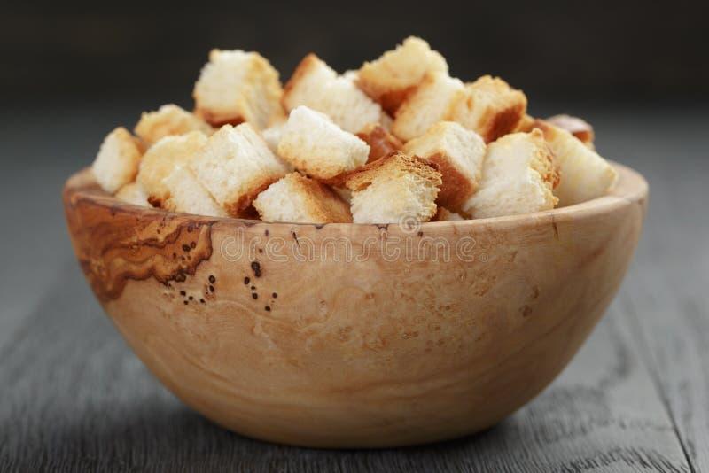 Eigengemaakte croutons van wit brood in houten kom royalty-vrije stock foto