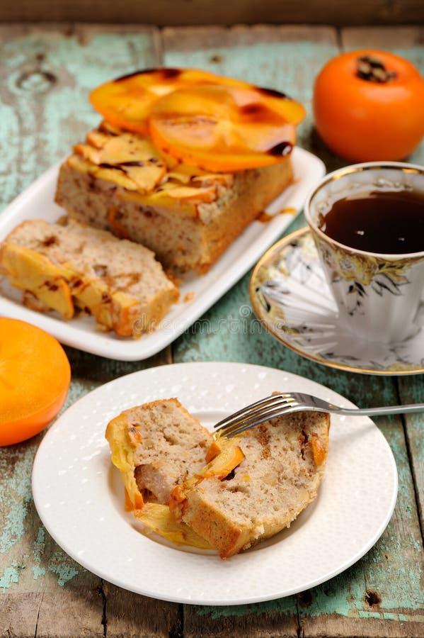 Eigengemaakte dadelpruimcake met verse dadelpruimen en zwarte thee royalty-vrije stock foto