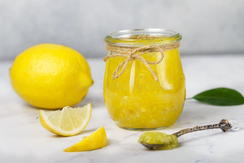 Eigengemaakte de jammarmelade van de delicatesse natuurlijke citroen, Koerd in een glaskruik royalty-vrije stock foto's
