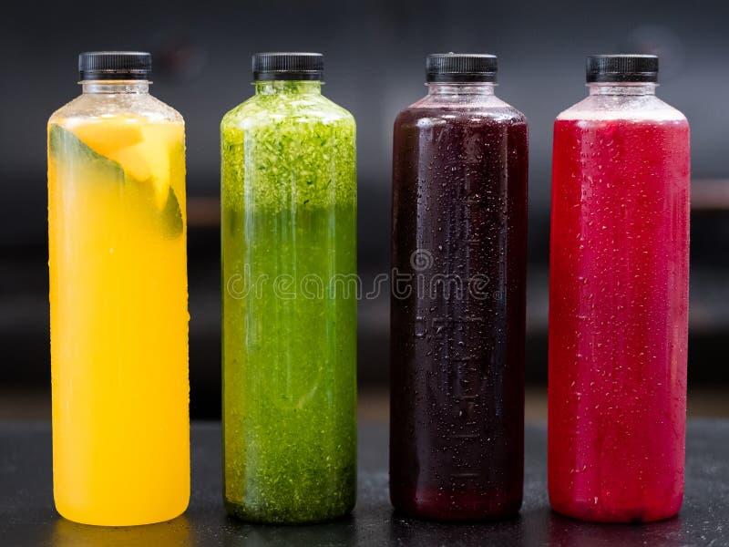 Eigengemaakte de limonadeflessen van het drankassortiment stock foto's
