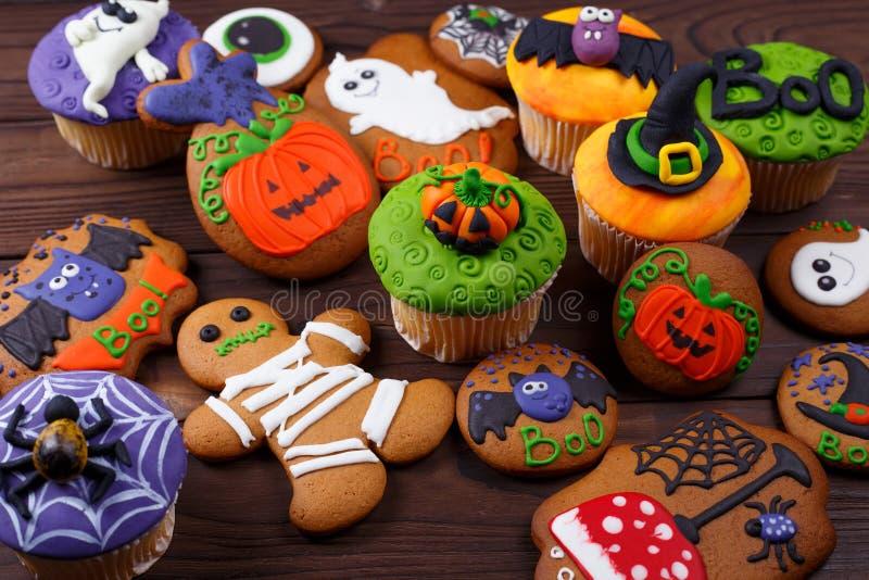 Eigengemaakte de peperkoekkoekjes en cupcakes achtergrond van Halloween royalty-vrije stock fotografie