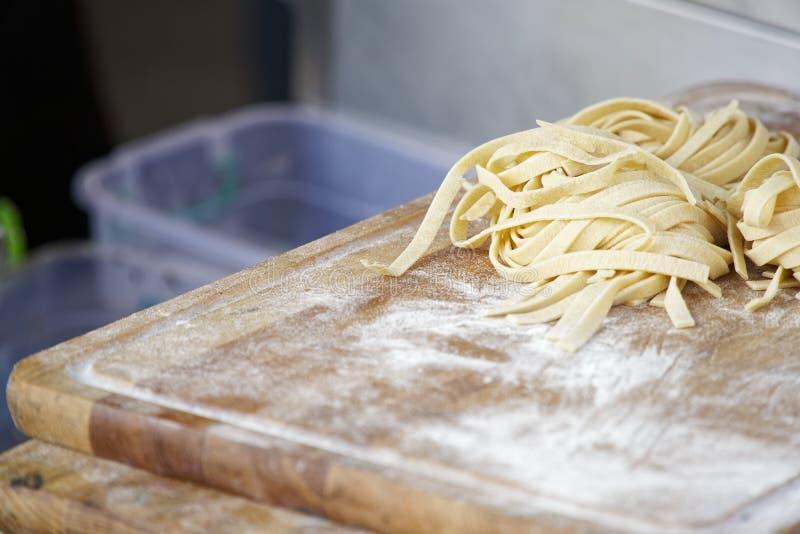 Eigengemaakte deegwaren - Close-up van proces om het koken te maken De chef-kok maakt verse Italiaanse traditionele deegwaren stock afbeeldingen
