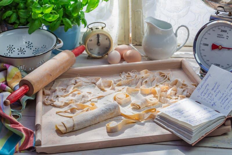 Eigengemaakte deegwaren in de zonnige keuken stock foto's