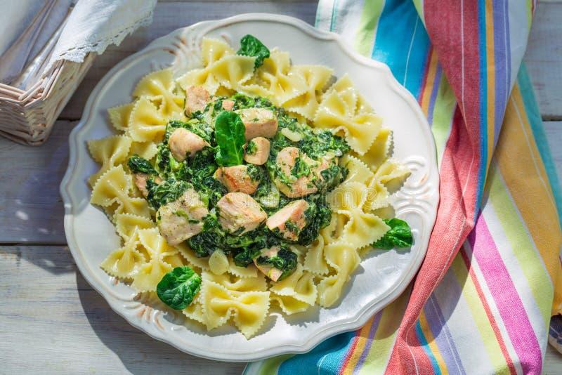 Eigengemaakte deegwaren met spinazie en kip stock foto's