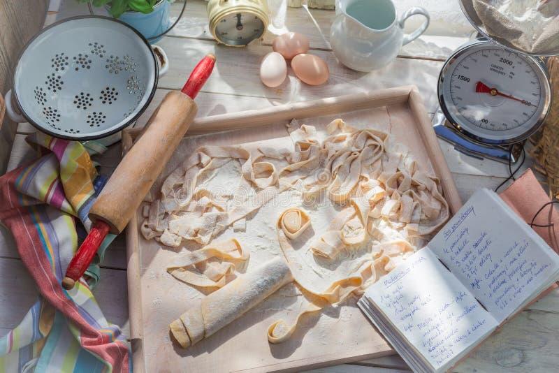 Eigengemaakte deegwaren met verse ingrediënten in de zonnige keuken royalty-vrije stock afbeelding