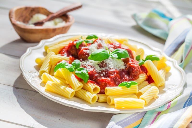 Eigengemaakte deegwaren penne met tomatensaus, basilicum en parmezaanse kaas stock foto's