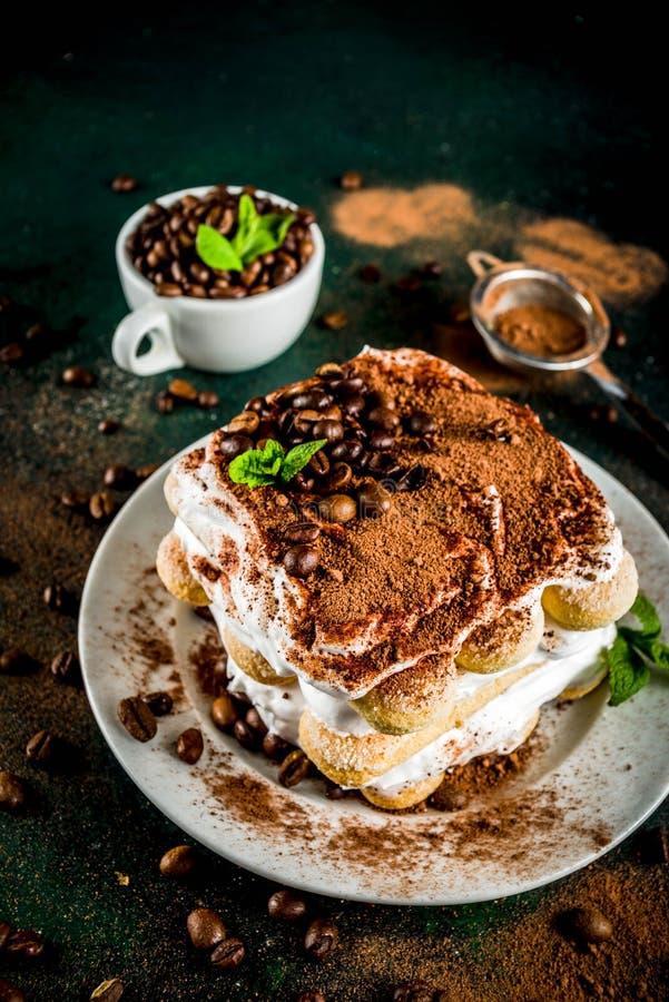 Eigengemaakte desserttiramisu op plaat royalty-vrije stock afbeeldingen