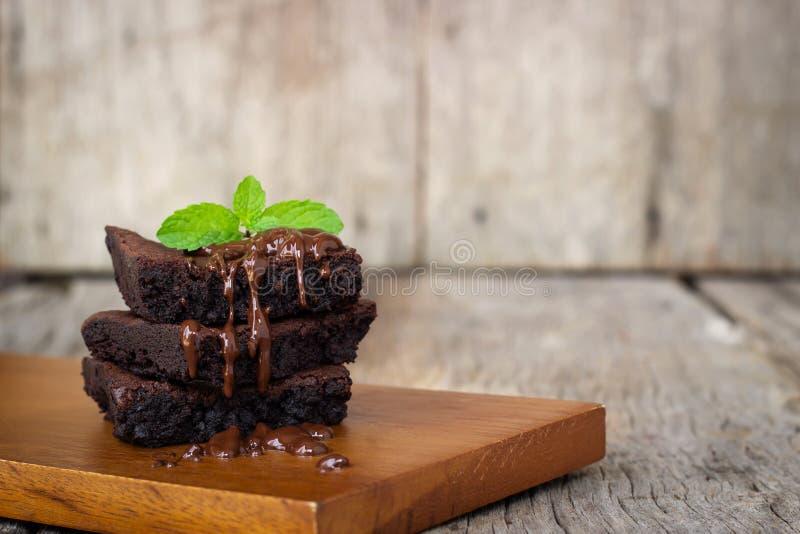 Eigengemaakte die brownie met chocoladezachte toffee wordt gediend Zoet dessert op houten achtergrond stock afbeeldingen