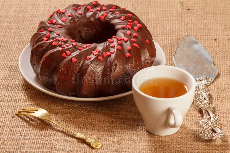 Eigengemaakte die chocoladecake met kleine die harten wordt verfraaid van cara worden gemaakt royalty-vrije stock foto's