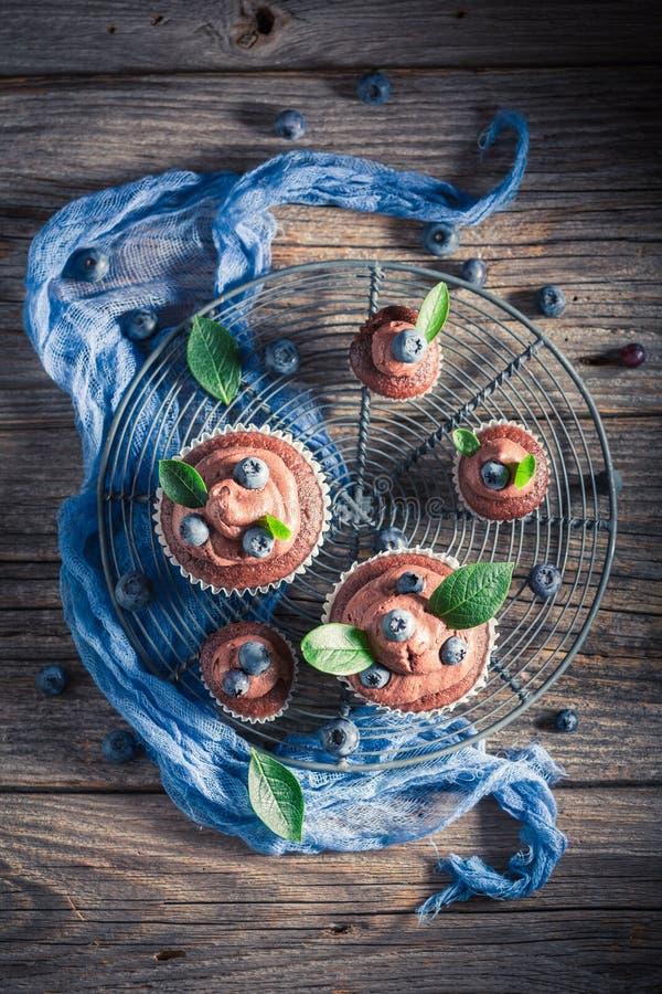 Eigengemaakte die chocolademuffin van verse bessen en room wordt gemaakt royalty-vrije stock fotografie