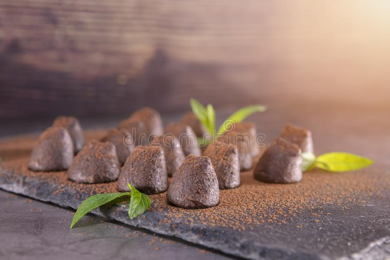 Eigengemaakte die chocoladetruffels met munt met cacaopoeder wordt bestrooid royalty-vrije stock foto's