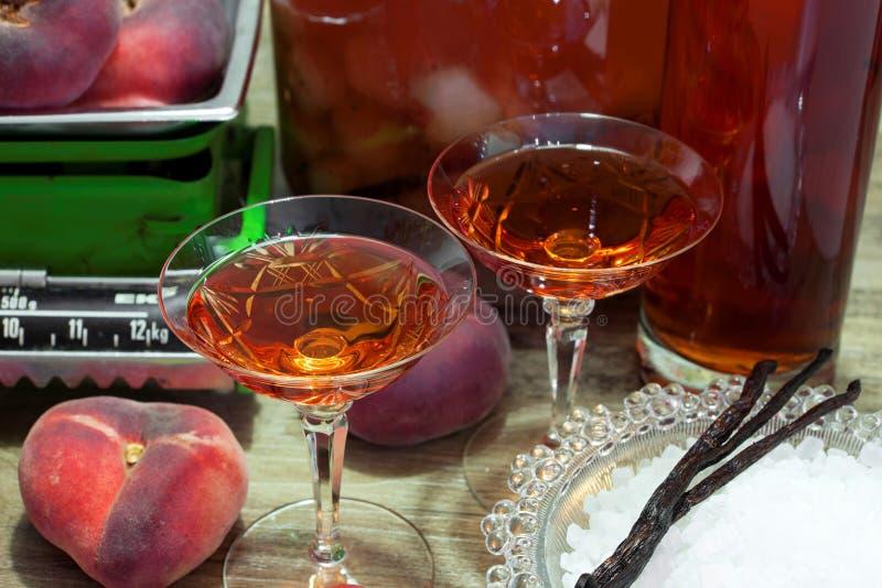 Eigengemaakte die fruitlikeur van verse wilde perziken wordt gemaakt royalty-vrije stock afbeeldingen