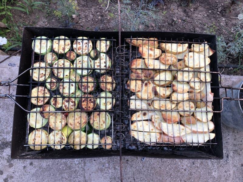 Eigengemaakte die groentencourgette in de tuin wordt geroosterd stock foto's