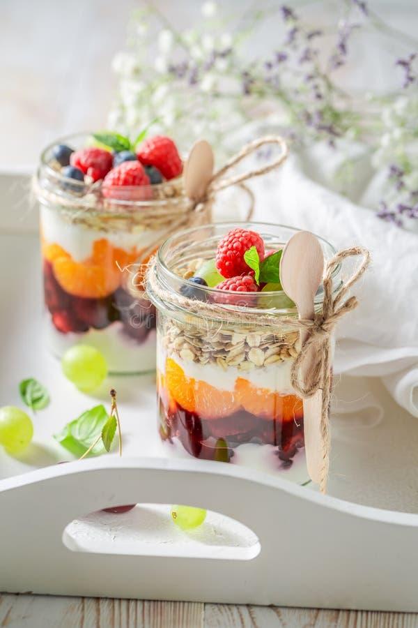 Eigengemaakte die havervlokken van yoghurt en verse bessen worden gemaakt stock foto's