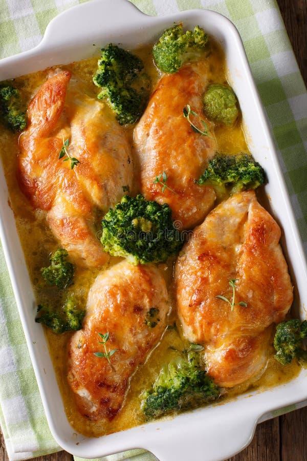 Eigengemaakte die kippenborst met broccoli in clos van de kaassaus wordt gebakken stock afbeelding
