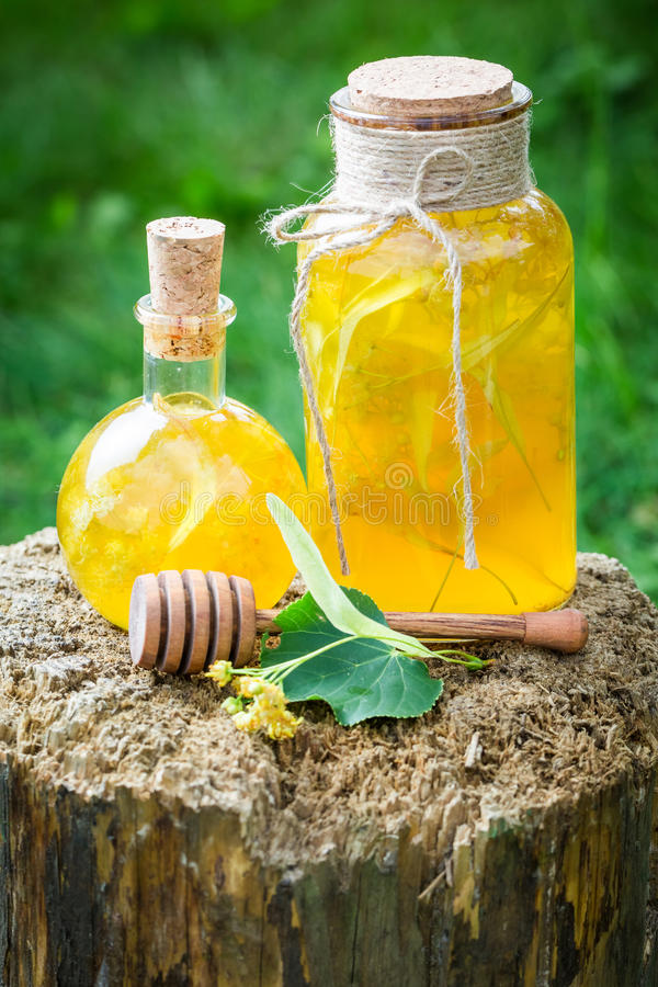 Eigengemaakte die likeur van alcohol, linde en honing wordt gemaakt stock afbeelding