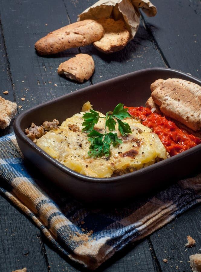 Eigengemaakte die Moussaka met brood en chutney wordt gediend (Oosteuropese keuken) royalty-vrije stock foto's