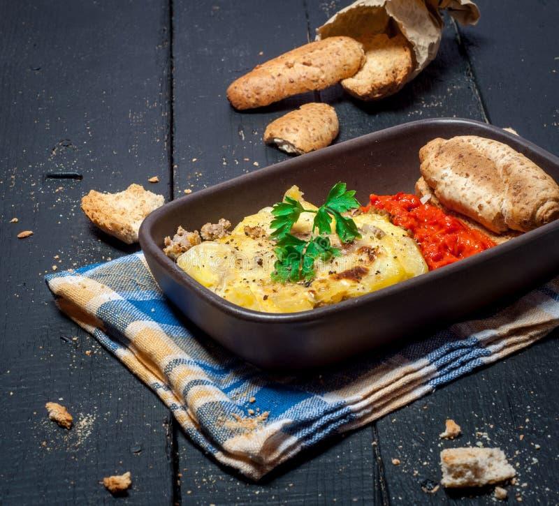 Eigengemaakte die Moussaka met brood en chutney wordt gediend (Oosteuropese keuken) royalty-vrije stock foto