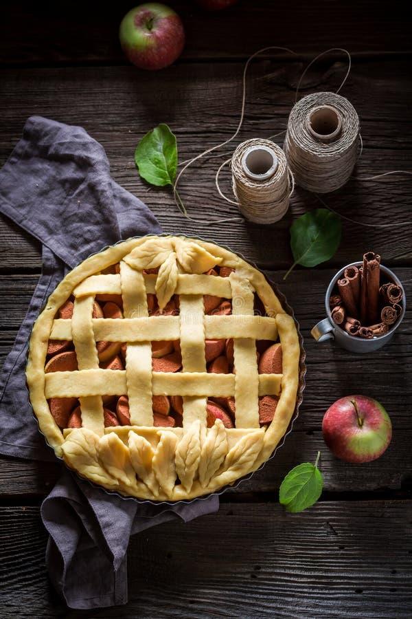 Eigengemaakte die scherp met appelen van verse ingrediënten worden gemaakt stock foto